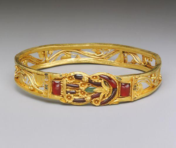 Armille (bracelet de bras) hellénistique avec motif de noeud d'Héraklès, 3e-2e s. av. J.-C., or, grenat, émeraude, émail, Metropolitan Museum