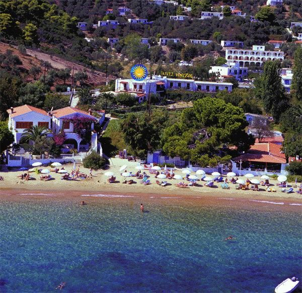 Vontzos Hotel || Surrounded by a charming rose garden and palm trees, Hotel Vontzos is situated just 50 metres from Achladies beach in Skiathos. Wi-Fi and on-site parking are free.