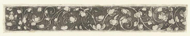 Anonymous | Bladranken die in het midden ontspruiten uit een liggende bloem, Anonymous, 1500 - 1600 | De bladranken verspreiden zich naar beide zijden asymmetrisch over het blad. Gearceerde achtergrond. Eén van 11 bladen.