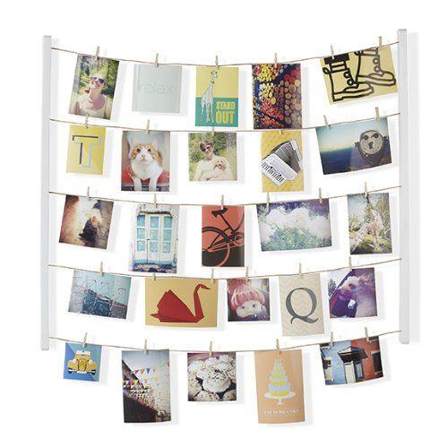Cornice da parete Hangit Umbra per le foto di famiglia, ha 40 mollette in legno per appendere foto e ricordi, posizionabile sia in verticale che in orizzontale, novità collezione Umbra