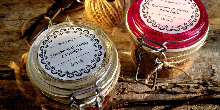 Scrub allo zucchero di canna e vaniglia ed etichette avery
