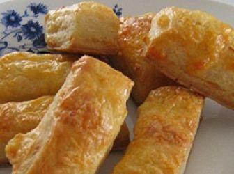 Túrós-sajtos rudacska recept: Könnyen elkészíthető, a sajtokkal jól variálható, és érdemes is vele kísérletezni. Gouda, cheddar, feta esetleg egy kis kék sajt, persze csak módjával, mert a sütéstől erősödik az íze, és nem biztos hogy mindenki szereti. Aki azonban kedveli az ilyesmit, az bátran adagolhatja. http://aprosef.hu/turos_sajtos_rudacskak