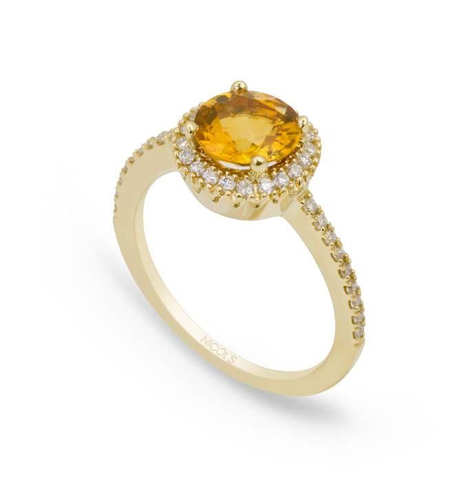 Anillo de Diamantes Colorfull NICOL´S. Sortija con piedra central tipo sello redondo, rodeada de diamantes en el bisel lateral. Fabricada en oro amarillo, citrino 1.01ct y diamantes 0.30ct.