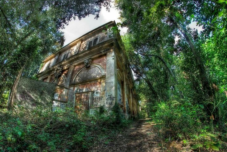 Villa Ada Savoia Roma. Ex scuderie regie. Old king's stables #decay #Nikon #Samyang #8mm #fisheye #RiccardoCuppini