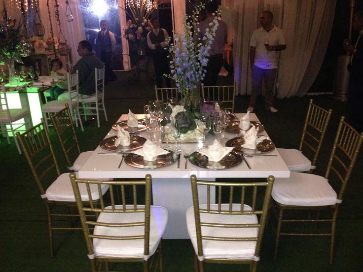 Silla Tiffany, mesa cuadrada en acrilico, platos base y cristaleria de lujo.