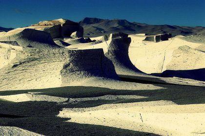 Bienvenidos amigos Taringueros (T!) a este post, les comparto imágenes de Argentina que tal ves no conocían, espero que les gusten. Un valle donde las formaciones rocosas rojizas parecen velas derretidas, un rascacielos de roca que asoma entre las...