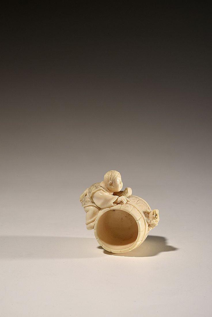 JAPON ARTISAN ET GRENOUILLE SUR TONNEAU, Netsuké en ivoire sculpté Époque Meiji, XIXe siècle Hauteur : 3 cm