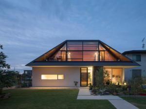 Maison avec un large toit en croupe vitré • Hellocoton.fr