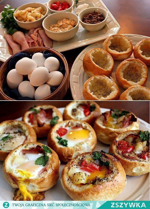 Zobacz zdjęcie Zapiekane bułeczki z jajkami..pycha na jesienne dni!  Przygotujcie bułeczki i jajka w takiej samej ilości Odetnijcie górną część bułki (dość płytko), wydrążcie środek bułki aby zrobić miejsce dla jaja.  Włóżcie do środka masło, starty ser, wędlinę, wbijcie jajo.  Posypcie solą, pieprzem i świeżymi ziołami. Zapiekajcie ok 15-20 min w piekarniku w temperaturze 180st. Podawajcie od chwili (piekielnie gorące). w pełnej rozdzielczości
