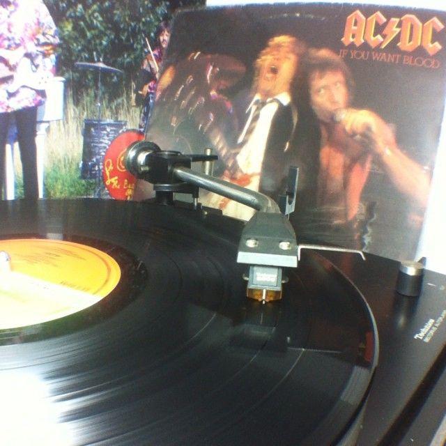 Se lamenta la salida definitiva de #malcomyoung de #acdc cuelga la guitarra un grande de los riffs #vinyl
