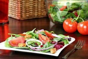 Ne pas regrossir après un régime : Maintenez la règle des 3 ! - Prenez vos 3 repas le matin, le midi et le soir (ne pas sauter les repas.  Le matin, privilégiez le pain aux céréales complètes ainsi qu'un laitage pauvre en matières grasses et un fruit. Pour le midi et le soir, respectez la règle des 3 : 1 portion de féculents à grains complets (pâtes ou riz complets) + 2 portions de légumes + 1 choix entre poisson, œuf ou viande maigre + 1 laitage  et 1 fruit.