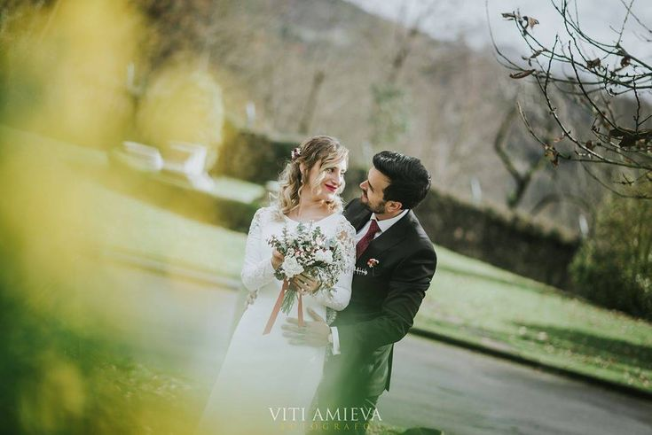 @Regranned from @vitiamieva - Novios que te hacen el trabajo chupao . Os casaría mil veces :) www.vitiamieva.com vitiamieva2017 @kriss_glez @rosellfinms @elinvernaderooviedo @angeldeamordj @castillodelazoreda @fermin_peluqueros @bodyandsoultrio #bodas #bodasdeasturias #fotografiadebodas #weddingphotography #weddingphotographer #wedding #boda #Asturias #ramosdenovia #navidad #bride #bodasdiferentes #fotografiasinposados #fotografianatural #fotografobodaasturias #fotografoasturias #weddingday…