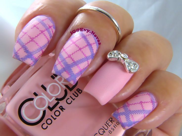 #mani #uñas #diseñodeuñas #uñasestampadas #sexynails #moda #estilo #style #fashion #fashionnails #pinknails #plaidnails #plaidnailart #tartannails