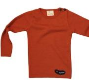 """Prachtige truien van dunne, zachte wol van het Zwitserse merk l'asticot. Bij de schouder zitten twee knoopjes wat het aan- en uitdoen vergemakkelijkt. L'asticot werkt zoveel mogelijk met natuurlijke materialen, zoals wol en (bio-)katoen. De wol komt van """"organically farmed"""" schapen. In oranje, khaki en navy blue."""