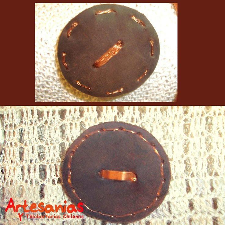 Exclusivos prendedores hechos de cuero y cobre. Diseños de Carmen del Valle.  #ArtesaniasyTalabarterias #AccesoriosChile