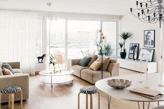 Vardagsrum soffa matbord utsikt