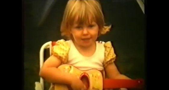 Karen Zoid het pas 'n baie spesiale musiekvideo vir een van die enkelsnitte op haar nuwe CD, Zoid Afrika, uitgereik. Die liedjie As musiek begin speel wys kleintydvideos van Karen.