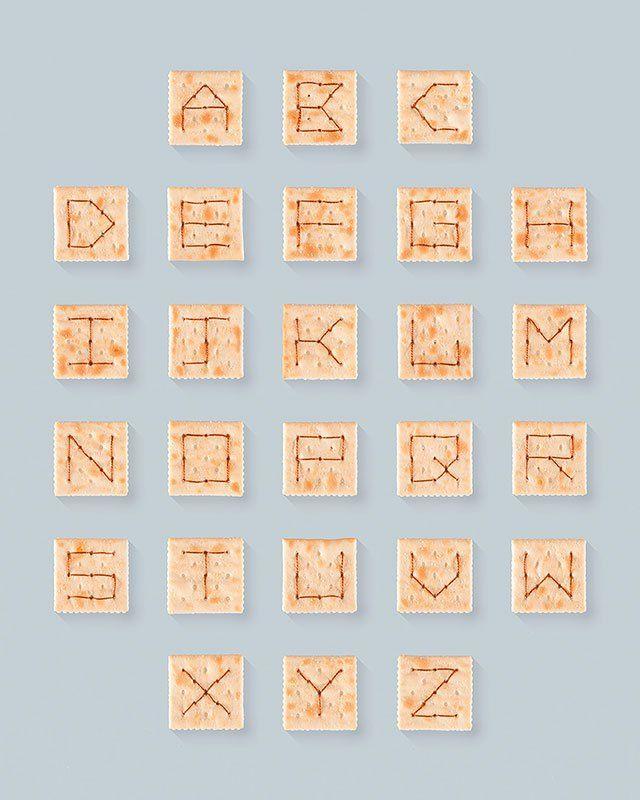 """""""Alphabet Soup Crackers"""" es una serie creada por el diseñadorMatthew Olin,de Duluth, Minnesota, quien utilizando las típicas galletas horneadas y cuadrad"""