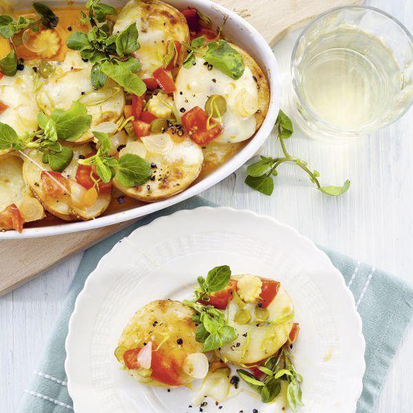 Heiß auf Kartoffel: Die Kartoffelhälften werden mit aromatischem Raclettekäse überbacken. Wer es scharf mag, verfeinert die Tomaten-Salsa mit Chilisau...
