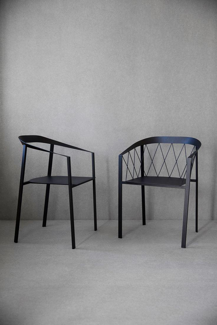 My Chair från Friends & Founders är en stol för flera ändamål. Den är tillverkad helt i pulverlackerat stål och passar lika bra inne som ute, på kontoret som i hemmet. Trots sitt kantiga och skarpa uttryck är My Chair förvånansvärt bekväm, vilket gör att stolen förtjänar all uppmärksamhet den fått. Den öppna ryggen, den rena siluetten och det faktum att dess volym inte tar mycket plats från omgivningen gör att My Chair fungerar lika bra i moderna miljöer som i mer historiska.Precis som…