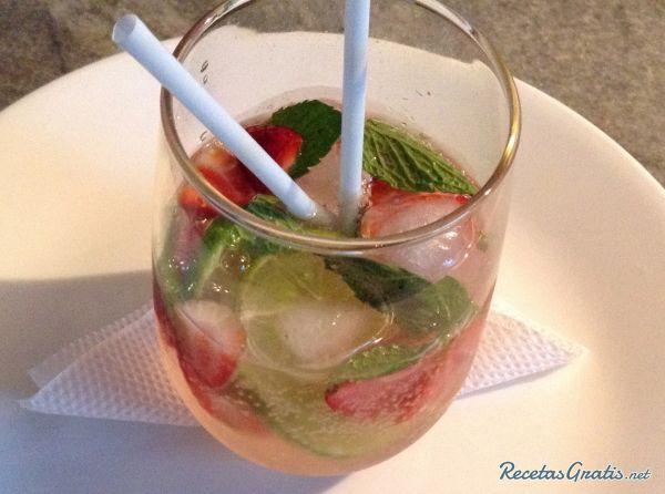 Aprende a preparar mojito de fresa sin alcohol con esta rica y fácil receta.  RecetasGratis te enseña cómo preparar un delicioso cóctel sin alcohol. Se trata del...