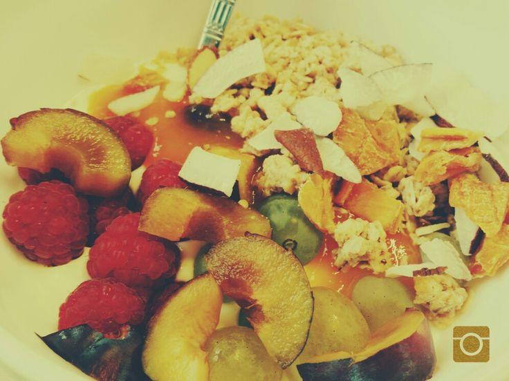 Frühstück auf der Arbeit #yoghurt #pflaume #himbeeren #trauben #knusperflakes #kokosnuss #getrocknetemango #babybauchfüttern #gesund #lecker #fit #mommytobe