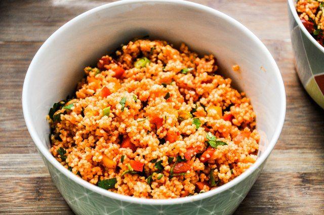 Paprika-Couscous-Salat     250 g Couscous     1 EL Paprikamark     2 EL Olivenöl     1 Zitrone     30 g Petersilie     5 Kirschtomaten     2 große Paprika oder 5 kleine     3 Lauchzwiebeln