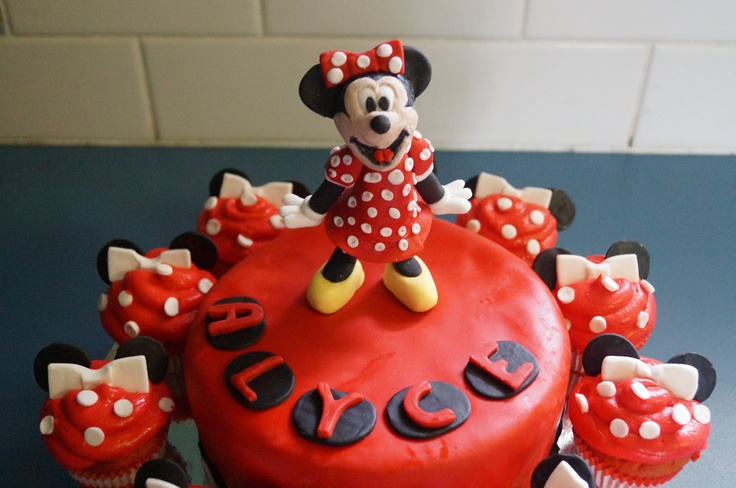 Small handmade Minnie topper with Minnie cupcakes