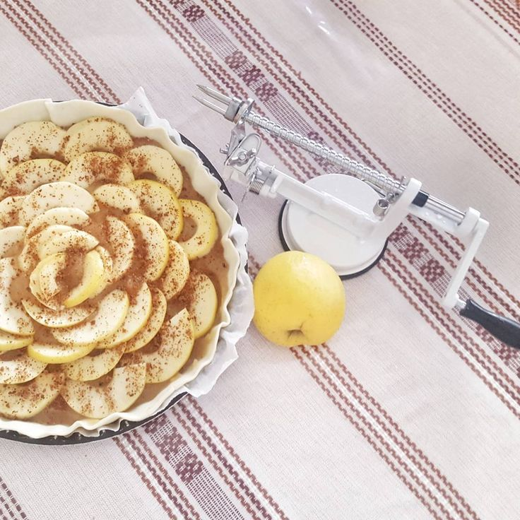 Qui mangerait bien une part de cette jolie tarte aux pommes préparée par l'enfant de 8 ans de @SysyInTheCity ? Avec le pèle-pommes BABOU à 9€99 c'est un jeu d'enfant !