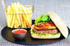 """Partager la publication """"recette burger du sud ouest au foie gras"""" FacebookLinkedInPinterestTwitterTumblr Que diriez-vous d'un burger maison, avec un air de vacances. Une recette de burger du sud ouest au foie gras poêlé! Préparation : 15 minutes Cuisson : 5 minutes Sur votre plan de travail : Ingrédients pour 4 burgers Une escalope de foie …"""