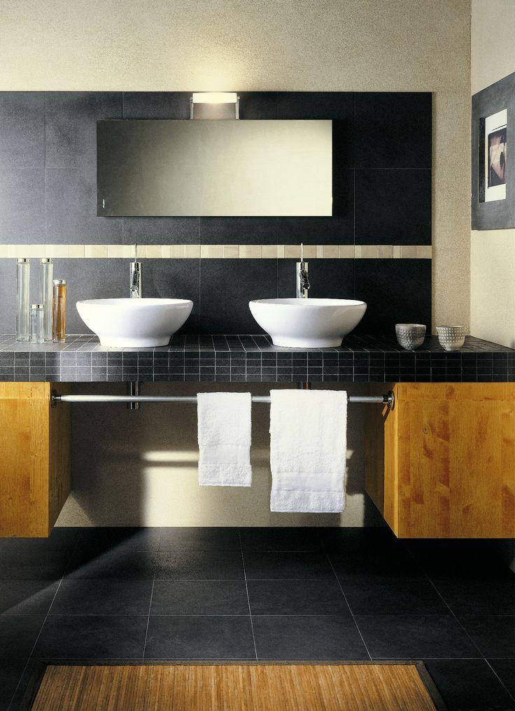 17 beste idee n over zwarte tegels op pinterest badkamer inspiratie zwarte douche en beton - Badkamer zwarte vloer ...