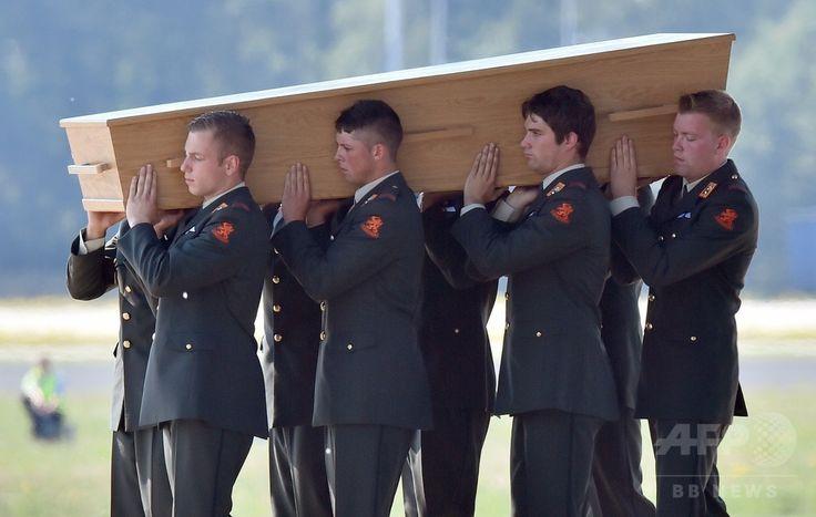 オランダ南部のアイントホーフェン(Eindhoven)空港に到着したマレーシア航空(Malaysia Airlines)MH17便の搭乗者の遺体を収めた木棺を運ぶ兵士ら(2014年7月23日撮影)。(c)AFP/JOHN THYS ▼24Jul2014AFP|マレーシア機搭乗者の遺体、オランダに到着 http://www.afpbb.com/articles/-/3021310 #MH17