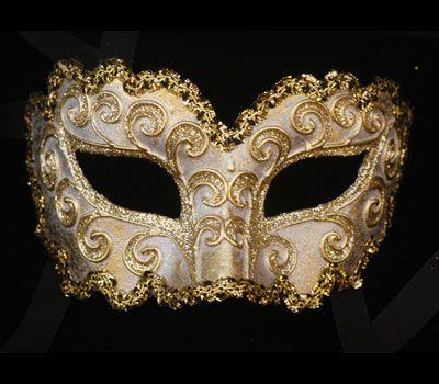 Maschera  originale veneziana realizzata a mano in cartapesta, La Ricciola bianca e oro: colori acrilici, glitter e decorata con passamaneria.