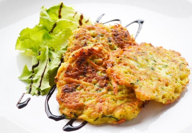 Ein schnelles und gesundes Gericht gelingt Ihnen mit diesem #Rezept. #Gemüsepuffer sind nicht nur bei Vegetarier sehr beliebt.