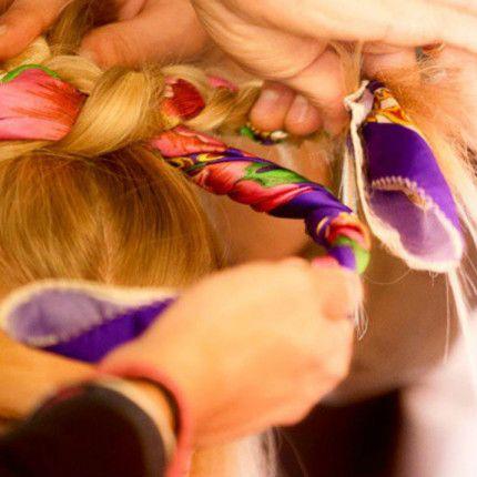 How to per il look di questa sera: lo chignon intrecciato con foulard colorato