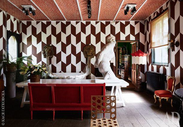 Большой геральдический зал, он же столовая. На переднем плане стул по дизайну Лотте ван Латум. Справа позолоченный стул в стиле неорококо викторианского времени. На столе — копия версальской статуи Милона Кротонского.