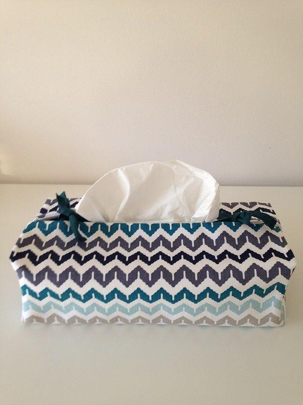 Zagzag, différents bleu et blanc. Housse pour boîte à mouchoirs. Fermeture avec lien. Taille unique. Créatrice française La Fée Ninova
