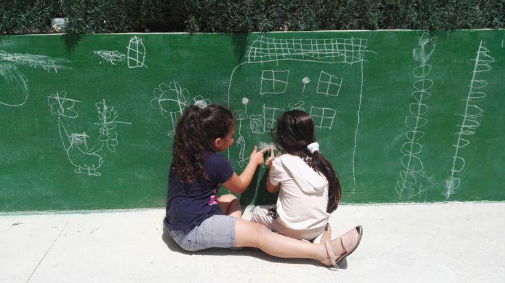 """¿Qué ocurre cuando a un grupo de niñ@s de 5 años les dejas una """"pizarra"""" gigante en la que dibujar y borrar a su aire… sin directriz alguna, ni obligación? CREATIVIDAD 100%"""