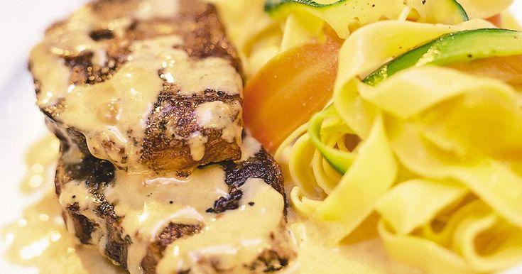 Läckra lammkotletter med en sås som kryddats med den ljuvliga kombinationen citron och honung. Lammkotletterna kan förberedas och serveras sedan med pasta.