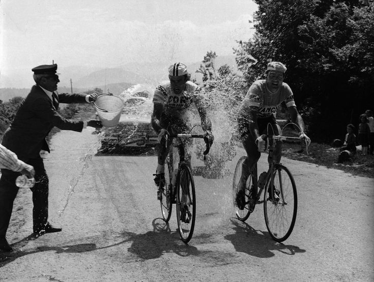 Lo spagnolo Aitor Hernandez Gutierrez (al centro) e altri corridori cadono a terra a poca distanza dal traguardo (che non compare nella foto) durante l'11esima tappa del Giro, da Serravalle Scrivia a Pinerolo, 23 maggio 2007. (AP Photo/Alessandro Trovati, file)