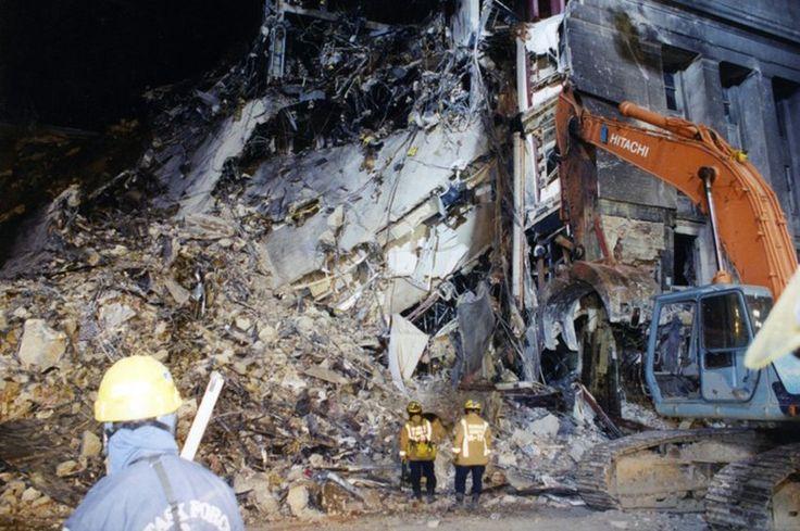 Blick ins Innere: Rettungskräfte nutzen einen Kran, um die Trümmerteile zu untersuchen.