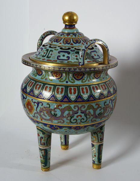 Brûle parfum couvert en bronze doré et émaux cloisonnés de forme Ding