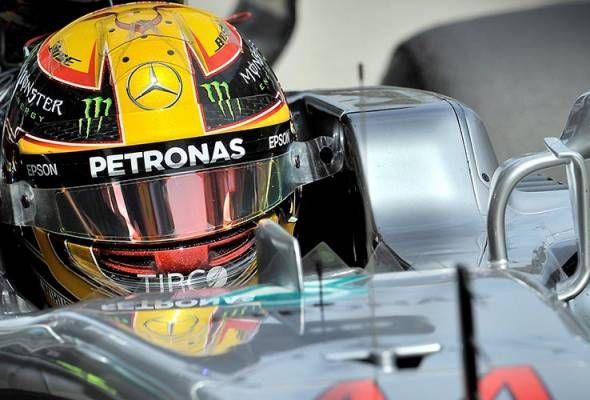 Hamilton raih petak utama pada GP Malaysia   SEPANG: Pemandu pasukan Mercedes AMG Petronas Lewis Hamilton meraih petak utama pada Grand Prix (GP) Formula Satu (F1) Malaysia 2017.  Pemandu dari Great Britain itu mencatat masa terpantas sepusingan satu minit 30.076 saat pada sesi kelayakan yang berlangsung di Litar Sepang di sini hari ini.  Pencapaian menduduki petak utama itu adalah kelima bagi Hamilton pada GP Malaysia dan ke-70 sepanjang kariernya.  Pemandu pasukan Scuderia Ferrari Kimi…