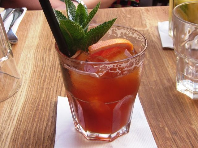 Spíler Sanghai  Jelszó: UMESHU Contra - a japán szilvabor és az olasz keserű likőr találkozása az idei nyár legütősebb koktéljában.   Minden nyaramhoz kapcsolódik valamilyen jeges ital (jellemzően alkoholtartalmú, de ez nem kitétel) - ezt a nyarat ez a koktél fémjelzi. Így…