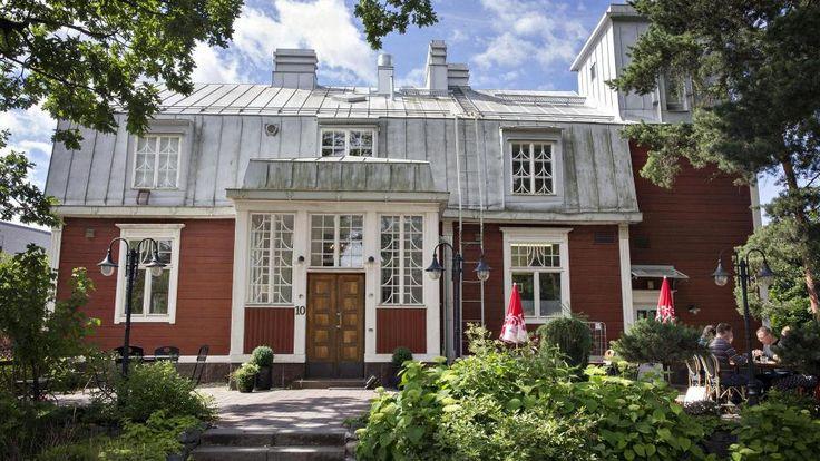 Villa Ylänne sijaitsee keskeisellä paikalla Leppävaaran aseman lähellä. Siellä toimii kahvila Peroba.