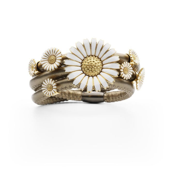 Story bracelet with daisy charms