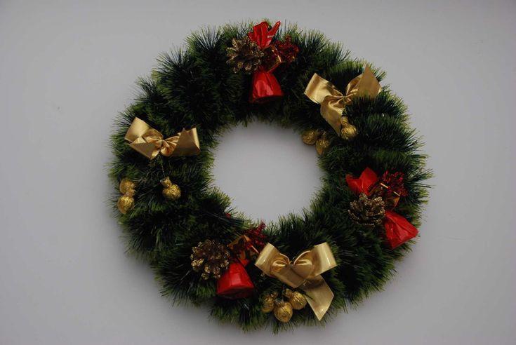 Как сделать Рождественский венок украшенный конфетами. Для этого нужно вырезать кольцо из картона, обмотать его мишурой и украсить конфетами, шишками и т.д. ...