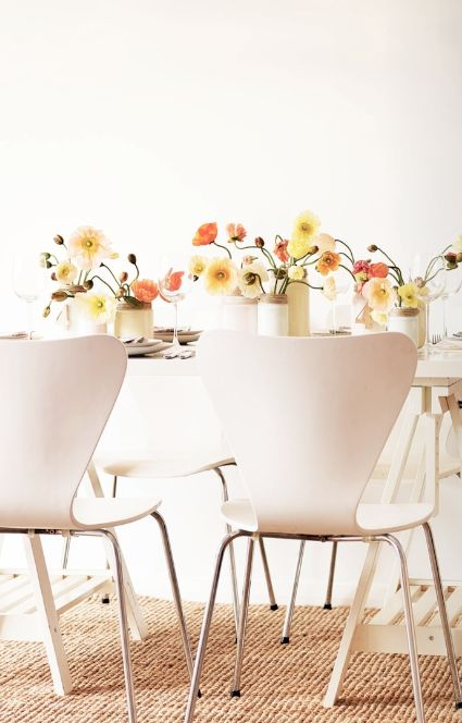As #flores dão #charme e #alegria na #decoração da sua #mesa de jantar. #decoração #ficaadica