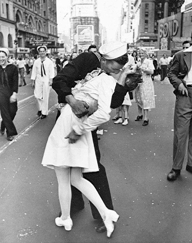 Greta Friedman é a mulher que aparece beijando marinheiro na festa do fim da 2ª…