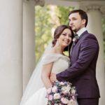 Букет невесты из розовых пионов с ягодами ежевики, синими эрингиумами и зеленью эвкалипта.